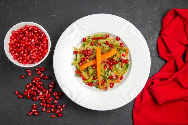 Top vista ravvicinata insalata di verdure insalata di semi di tovaglia rosso melograno