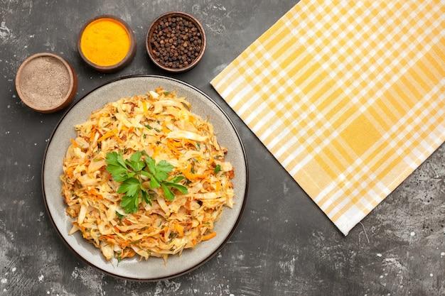 Top vista ravvicinata spezie tovaglia a quadretti spezie piatto di cavolo