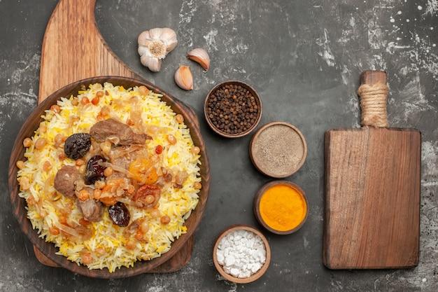향신료 감귤류 마늘 도마의 보드 그릇에 상위 확대보기 향신료 필라프