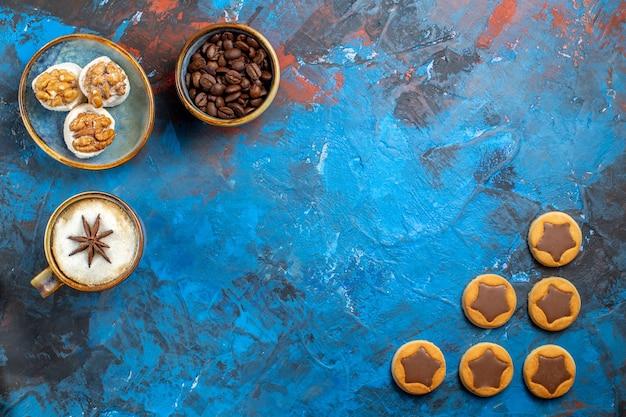 Вид сверху крупным планом сладости кофе в зернах аппетитное печенье рахат-лукум