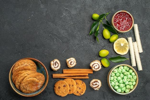 Вид сверху крупным планом сладости варенье печенье красочные сладости палочки корицы
