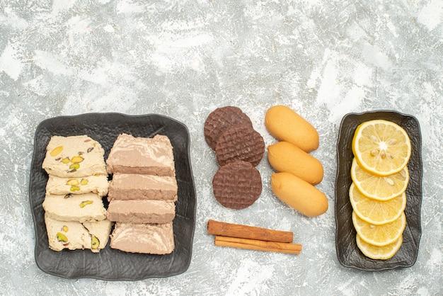 プレートシナモンクッキーの上のレモンのお菓子の上部のクローズアップビューお菓子のスライス