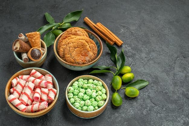 トップクローズアップビューお菓子お菓子シナモンスティック柑橘系の果物チョコレートワッフルクッキー