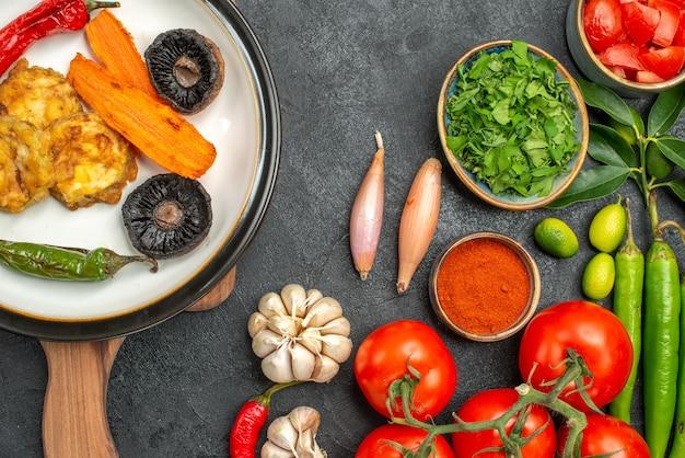 Вид сверху крупным планом помидоры аппетитное блюдо на доске красочные овощи специи травы