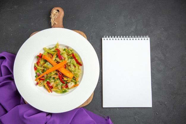 Верхний вид крупным планом овощной салат на разделочной доске фиолетовая скатерть для ноутбука