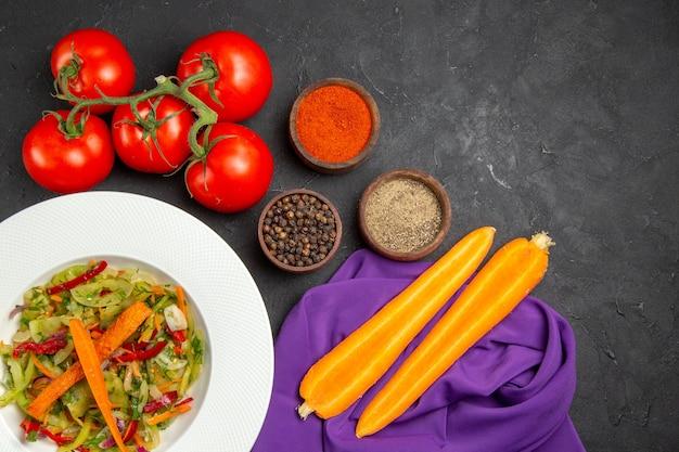 テーブルクロスの上のクローズアップビュー野菜サラダスパイストマトニンジン