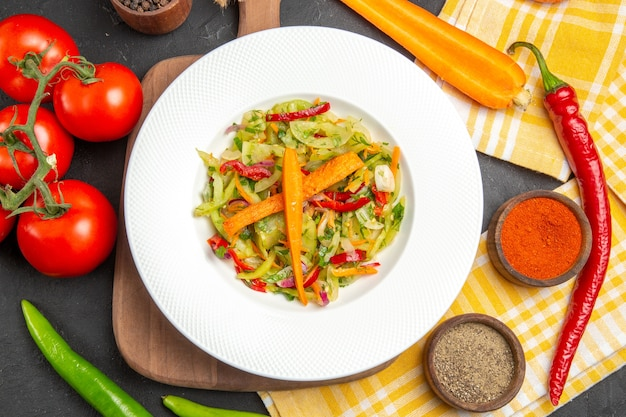 まな板のテーブルクロスの上のクローズアップビュー野菜スパイス野菜サラダ