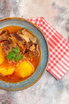 Asciugamano da cucina per zuppa bozbash vista dall'alto su sfondo nudo