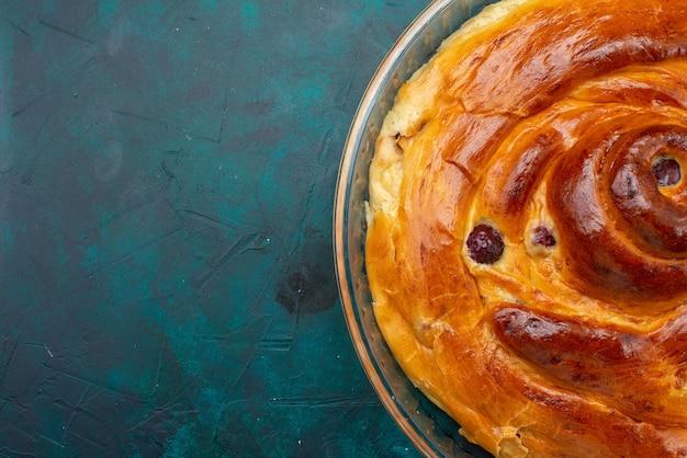 Torta di ciliegie vista ravvicinata con ciliegie al forno all'interno su foto di ciliegie alla frutta scura, torta a torta
