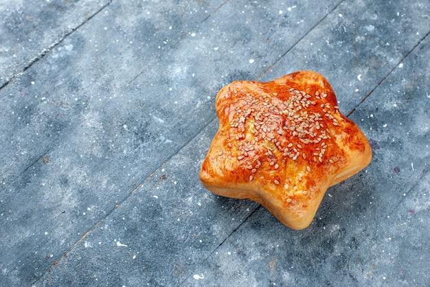 Vista ravvicinata dall'alto della deliziosa stella di pasticceria a forma di torta di pasticceria grigia e dolce