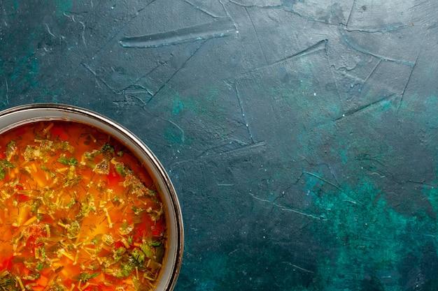 濃い緑色の背景のプレート内のおいしい野菜スープを上から見る食品野菜材料スープ製品の食事