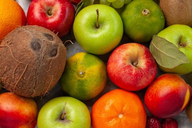 トップクローズビューさまざまな果物の組成白い机の上の新鮮な果物果物新鮮なまろやかな夏の色