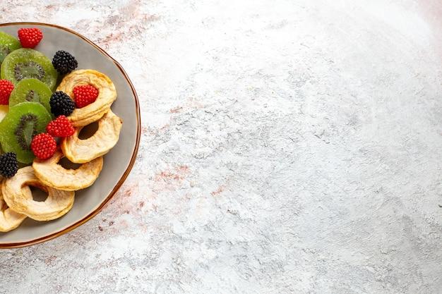 トップクローズビュー乾燥パイナップルリングと乾燥キウイコンフィチュールと白い壁のリンゴフルーツ乾燥甘い砂糖菓子