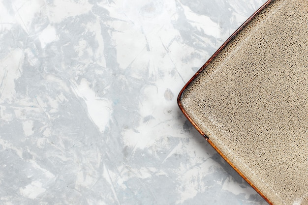 Вид сверху крупным планом пустая квадратная тарелка коричневого цвета на белой поверхности тарелка кухня еда фото столовые приборы