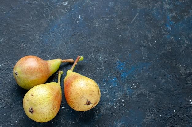 Vista ravvicinata superiore di pere fresche e fresche, frutti maturi e dolci interi sulla scrivania scura, salute dell'alimento della foto fresca e pastosa