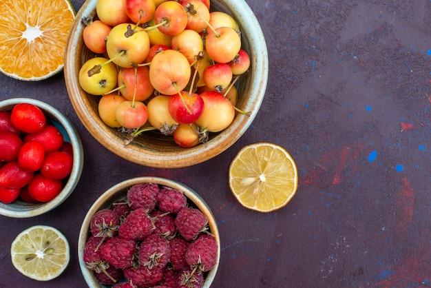 暗い表面のプレート内の新鮮な果物ラズベリープラムの上面拡大図