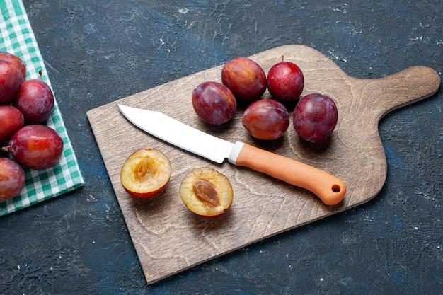 新鮮なプラム全体のトップクローズビューは、暗い、フルーツの新鮮な色のビタミンの夏にまろやかでジューシーです