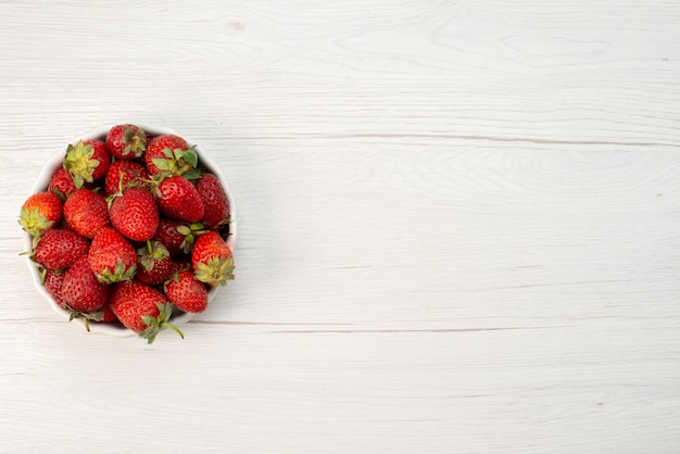 빛, 과일 베리 신선한 붉은 색에 흰색 접시 안에 신선한 빨간 딸기 부드럽고 맛있는 딸기의 상위 뷰 닫기 photo