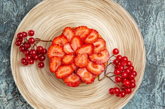 暗い表面に赤いベリーとおいしいストロベリーケーキの上面拡大図