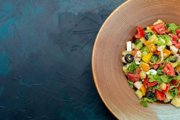 진한 파란색 책상 샐러드 야채 음식 식사 스낵 점심에 접시 안에 고추를 얹은 최고 가까이보기 슬라이스 야채 샐러드