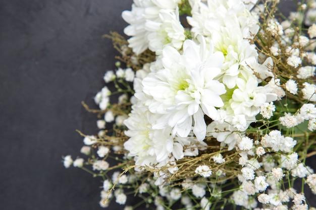 Сверху крупным планом свадебные цветы на темном фоне
