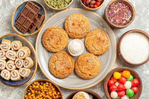 上部のクローズビュー白いテーブルクッキービスケットスイートに甘いロールとおいしいクッキー