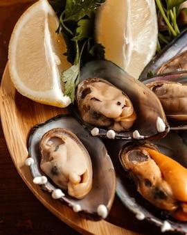 Un cibo a conchiglia con vista dall'alto chiuso con limone all'interno del pasto a base di frutti di mare