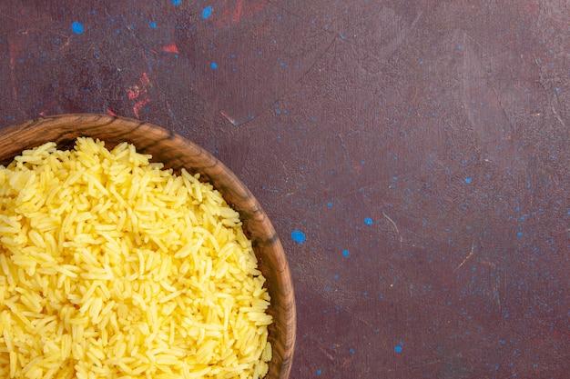 어두운 책상에 갈색 접시 안에 상단 가까이보기 맛있는 밥 무료 사진