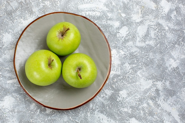 上面の拡大図白い表面のプレート内の新鮮な青リンゴ新鮮な熟したまろやかなフルーツ食品ビタミン