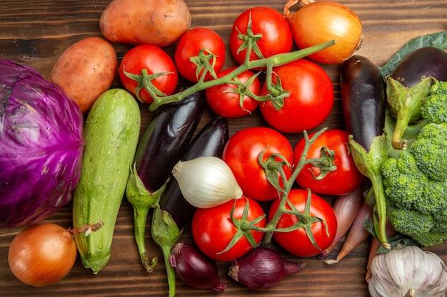 Composizione nella verdura fresca di vista più vicina superiore sulla salute matura fresca di colore dell'insalata dello scrittorio di legno