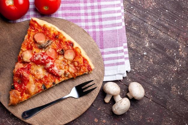 茶色の机の上に新鮮なキノコ、トマト、赤ピーマンとおいしいピザスライスの上面拡大図