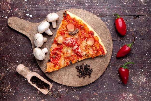 갈색 책상에 신선한 버섯 토마토 고추와 맛있는 피자 조각의 상위 가까이보기