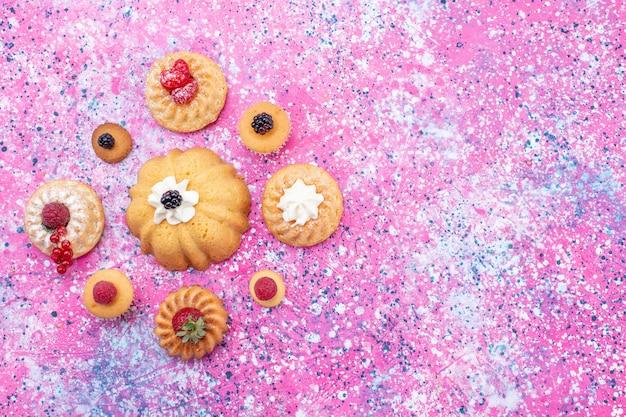 밝은 보라색 책상에 다른 딸기와 함께 크림과 함께 맛있는 케이크를 구운 최고 먼보기, 케이크 비스킷 베리 달콤한 빵 차