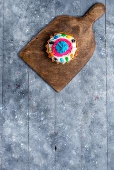 Torta deliziosa vista in lontananza superiore con panna e caramelle