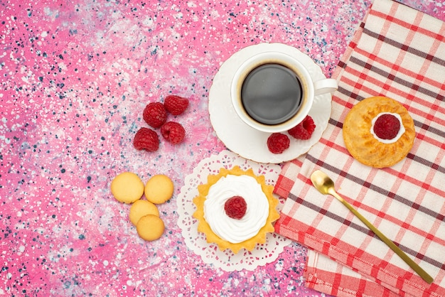 Вид сверху маленький торт со сливочным печеньем свежая малина вместе с чашкой кофе на цветной поверхности чайного цвета