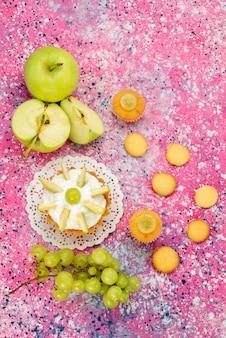 Вид сверху на маленький сливочный торт с нарезанными фруктами на столе, сладкий торт с сахаром