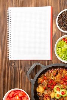Farina di verdure vista dall'alto in lontananza con insalata di peperoni affettati su superficie marrone
