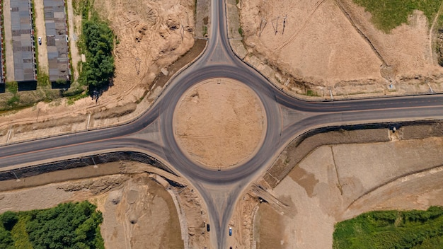ラウンドアバウトのラウンドアバウトの車やトラックのラウンドアバウトのトップダウン航空写真...
