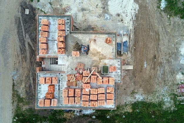 建設現場の新築住宅コンクリート基礎の建築工事の空中写真を上から見た図。