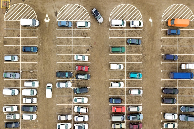슈퍼마켓의 주차장 또는 판매 자동차 딜러 시장에 많은 자동차의 공중보기 하향식.