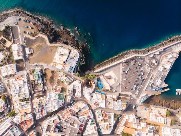 Вид сверху вниз на улицы приморского курортного города пуэрто-дель-кармен, лансароте