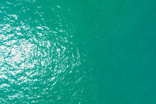 청록색 바다의 하향식 공중 보기 바다 표면과 파도 질감 놀라운 자연 배경입니다.