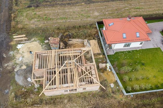 2つの民家のトップダウン航空写真