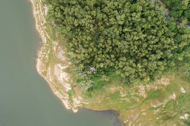 숲 녹색 패턴으로 댐 호수 산 꼭대기에서 아름 다운 화창한 날 여름 날씨 무인 항공기 촬영 공중 보기 구름 관개 자연 환경입니다.