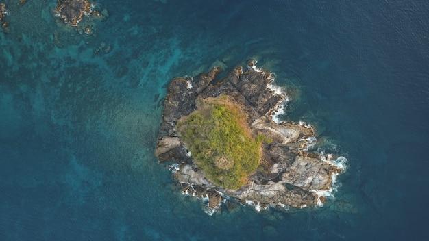 녹색 피크 공중과 바위 섬의 하향식. 엘니도 섬의 아무도 자연 풍경