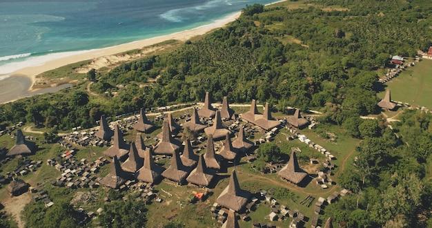 観光のランドマークがある海岸の伝統的な村のトップダウン