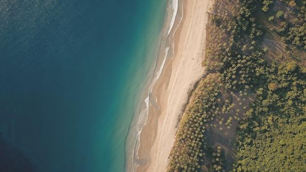 열대 낙원 섬 풍경 공중의 하향식. 모래 해변이있는 놀라운 오션 베이 해안