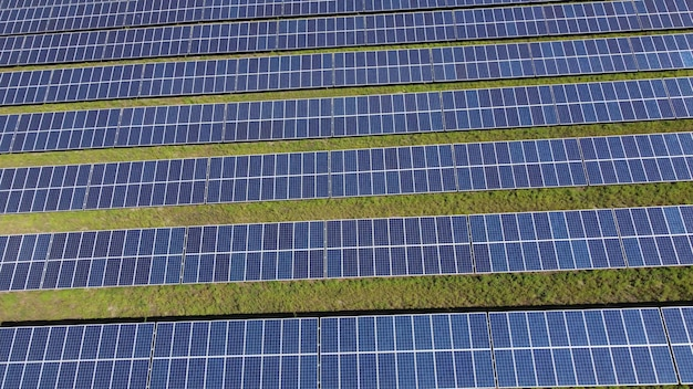 생태 녹색 에너지 태양계 파노라마 보기의 하향식 보기. 화창한 날에 태양 전지 패널 필드입니다.