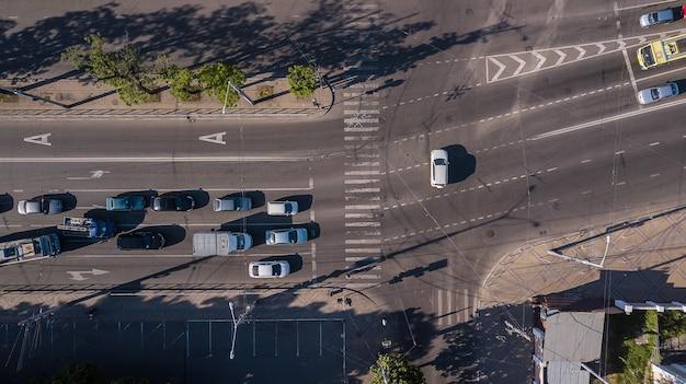 Сверху вниз взгляд шоссе часа пик оживленного городского движения пробки.