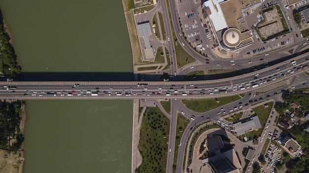자동차 다리에 도시 도시 교통 체증의 하향식 보기